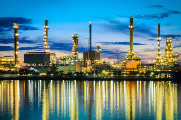 Erdöl, Ölindustrie, Raffinerie, http://www.shutterstock.com/de/pic-124674637/stock-photo-oil-refinery-at-twilight-bangkok-thailand.html