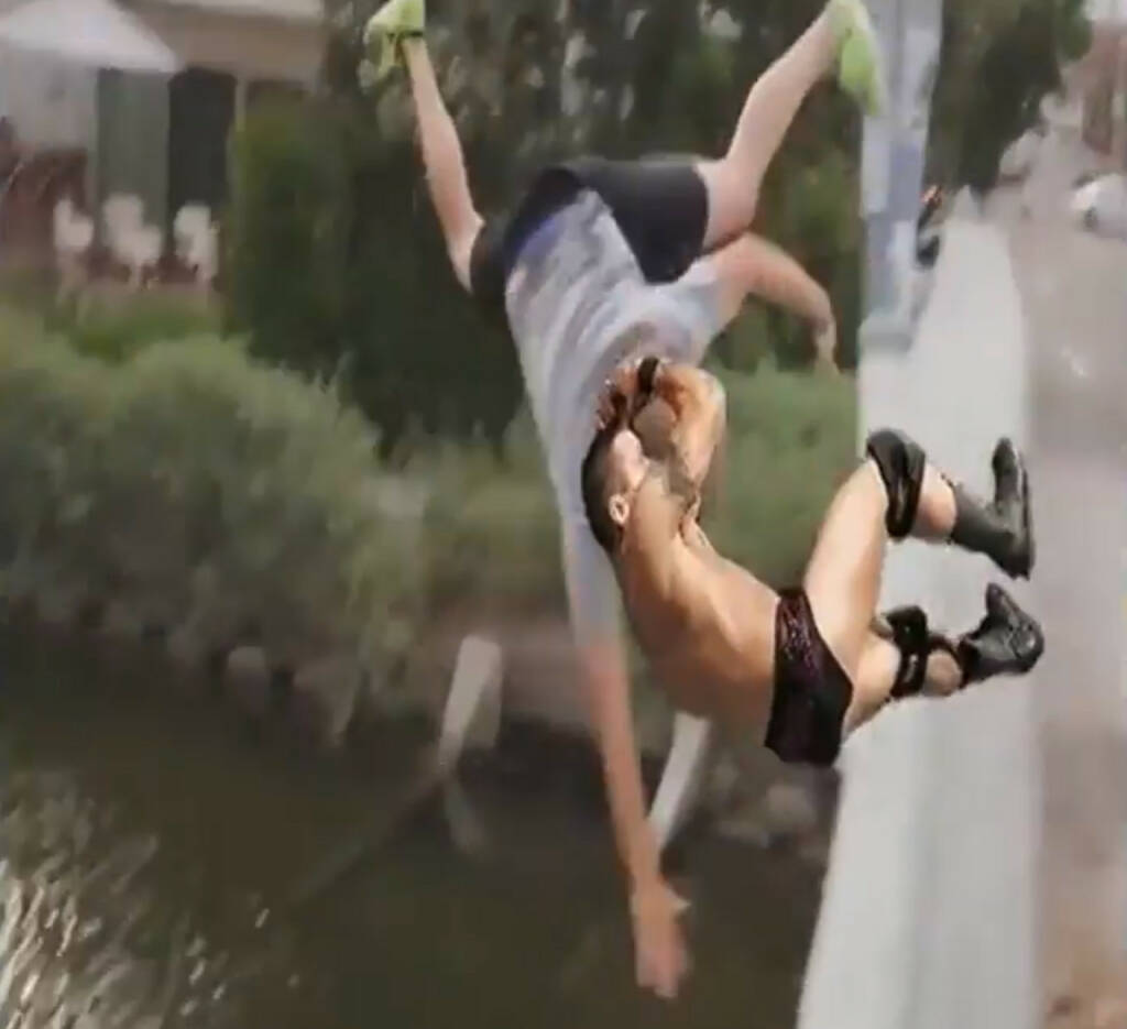 RKO outta nowhere - der Finisher von WWE-Star Randy Orton geht in Memes um die Welt https://www.youtube.com/watch?v=x5H2YMYKcWw (23.10.2014)