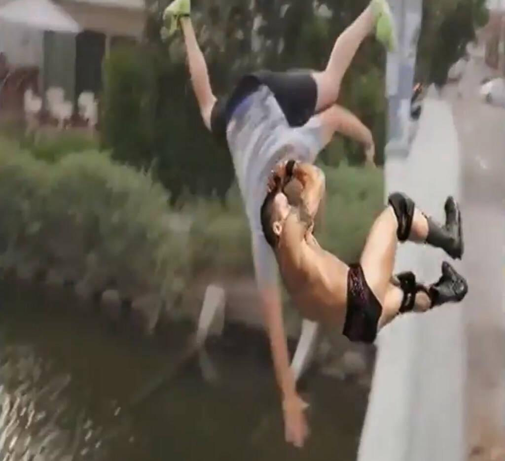 RKO outta nowhere - der Finisher von WWE-Star Randy Orton geht in Memes um die Welt https://www.youtube.com/watch?v=x5H2YMYKcWw (23.10.2014)