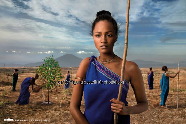 Lavazza Kaffee GmbH: Lavazza Kalender 2015: Earthdefenders - Steve McCurry porträtiert für Lavazza und Slow Food nachhaltige Projekte in Afrika
