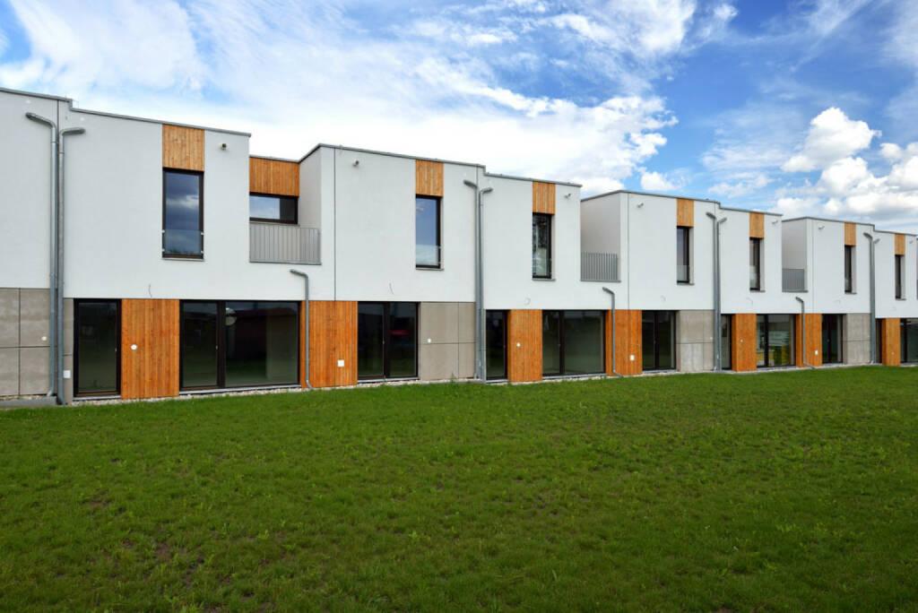 Immobilien, Haus, Reihenhaus, Siedlung, http://www.shutterstock.com/de/pic-211089379/stock-photo-just-built-new-modern-family-terraced-house-surrounded-by-grassy-front-gardens.html (24.10.2014)