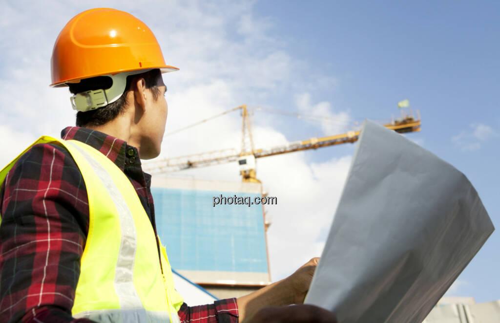 Bau, Baustelle, Braukran, Kran, Helm, Schutzhelm, http://www.shutterstock.com/de/pic-147780710/stock-photo-engineer-builder-wearing-safety-vest-with-blueprint-at-construction-site.html (24.10.2014)