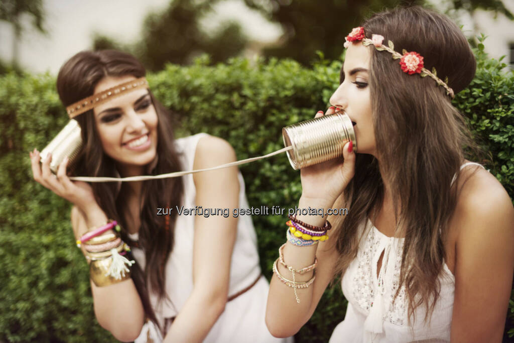 Alminium, Alu, Dose, Aludose, Verbindung, Telefon, Kommunikation, http://www.shutterstock.com/de/pic-207551830/stock-photo-boho-women-talking-by-tin-can-phone.html (24.10.2014)