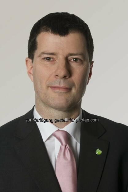 Axel Hummel ist neuer Vorstandsvorsitzender der Sberbank Europe AG. Er tritt die Nachfolge des zurückgetretenen Mark Arnold an. Axel Hummels Berufung erfolgte per 22. Oktober 2014 vorbehaltlich einer Bestätigung durch die behördlichen Aufsichtsorgane.  Zuletzt war Axel Hummel CEO der Sberbank Ungarn gewesen. Von 2006 bis 2012 fungierte er als CEO der nunmehrigen Sberbank Serbien. Von 2004 bis 2005 war der gebürtige Deutsche beruflich in Rumänien tätig – zunächst als Geschäftsführer der ProCredit Bank Romania, dann als Vorsitzender der Libra Bank Romania. Davor arbeitete er für Commerzbank, KPMG und Citibank in Deutschland. Er hat einen Abschluss in Bankwirtschaft, Finanz- und Industriemanagement der Universität Beyreuth. , © Aussender (24.10.2014)