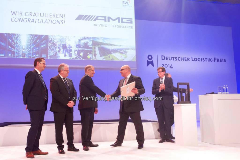 Raimund Klinkner, Vorsitzender des Vorstandes der Bundesvereinigung Logistik (BVL), gratuliert Marco Witzel, Leitung Logistik und Prozesse bei Mercedes-AMG: Mercedes-AMG erhält Deutschen Logistik-Preis 2014, © Aussendung (24.10.2014)