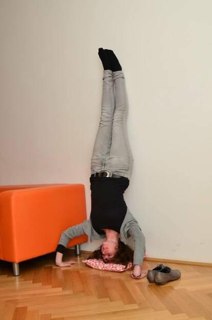 Sabine Hoffmann steht Kopf - Um ihre Denkprozesse zu schärfen, greift #ambuzzadors hochkreativer Kopf Bine sogar zum für sie äußersten Mittel: Yoga. Denn für gute Ideen muss man die Welt manchmal aus einer anderen Perspektive sehen! Stay #fitandsocial #FitnessFriday  Source: http://twitter.com/ambuzzador, © Aussendung (25.10.2014)