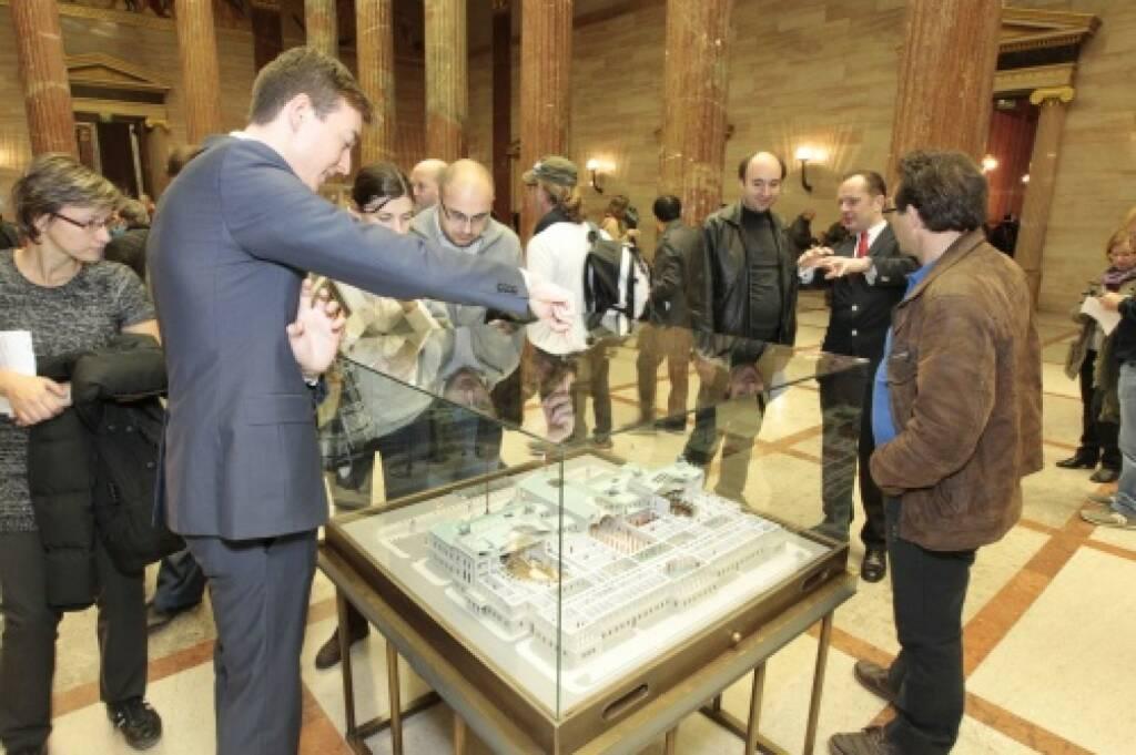 Besucherinnen vor dem Parlamentsmodell, © Parlamentsdirektion / Bildagentur Zolles KB / Martin Steiger (26.10.2014)