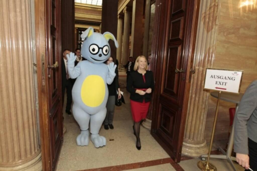 Nationalratspräsidentin Doris Bures mit dem Demokratiewerkstattmaskottchen Lesko, © Parlamentsdirektion / Bildagentur Zolles KB / Martin Steiger (26.10.2014)