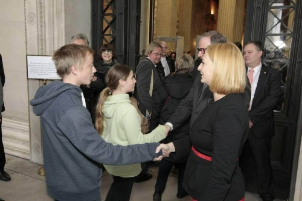 Deal Handshake Nationalratspräsidentin Doris Bures und Zweiter Nationalratspräsident Karlheinz Kopf begrüssen die BesucherInnen, © Parlamentsdirektion / Bildagentur Zolles KB / Martin Steiger (26.10.2014)