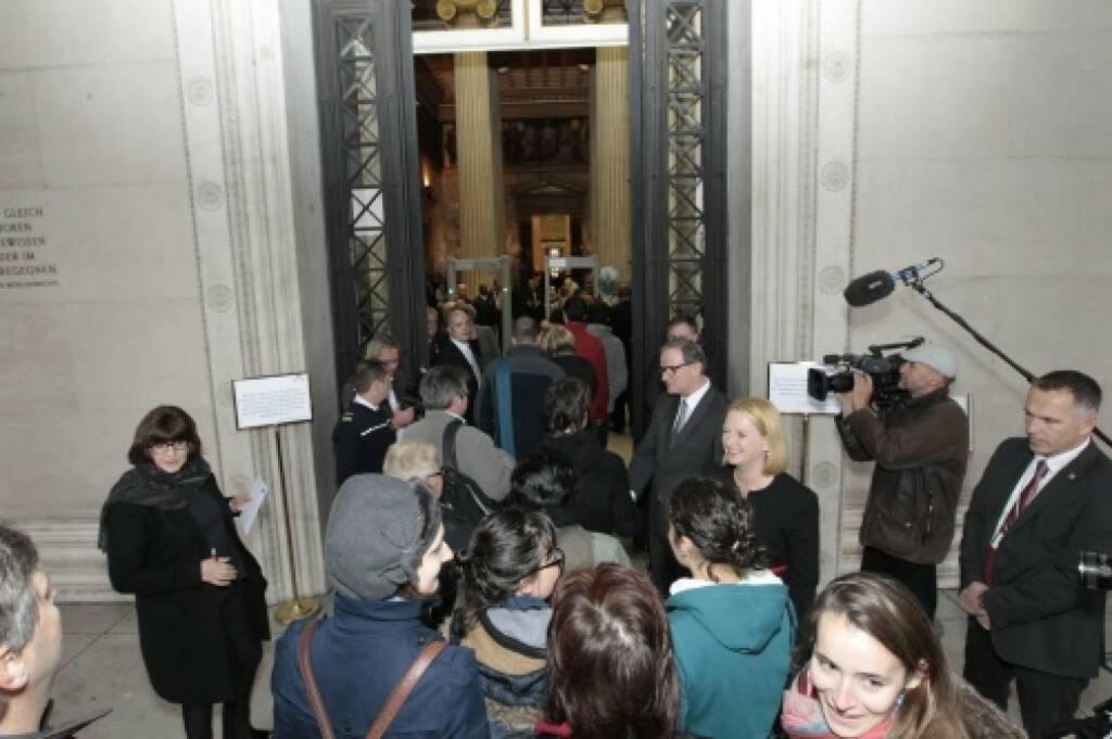 Nationalratspräsidentin Doris Bures und Zweiter Nationalratspräsident Karlheinz Kopf begrüssen die BesucherInnen, © Parlamentsdirektion / Bildagentur Zolles KB / Martin Steiger (26.10.2014)