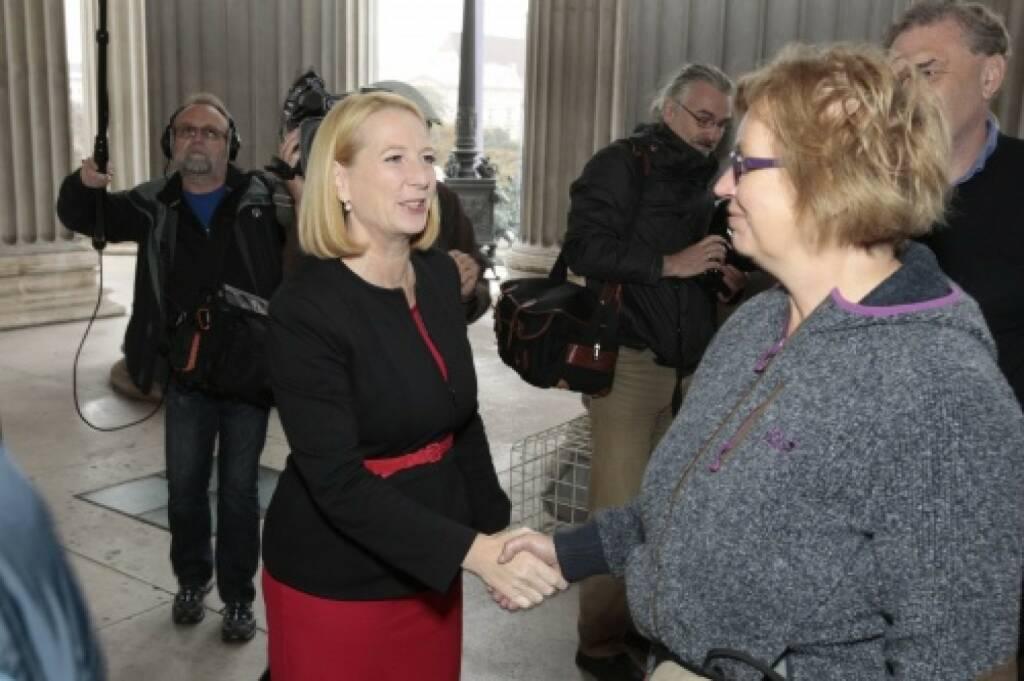 Nationalratspräsidentin Doris Bures begrüsst die BesucherInnen, © Parlamentsdirektion / Bildagentur Zolles KB / Martin Steiger (26.10.2014)