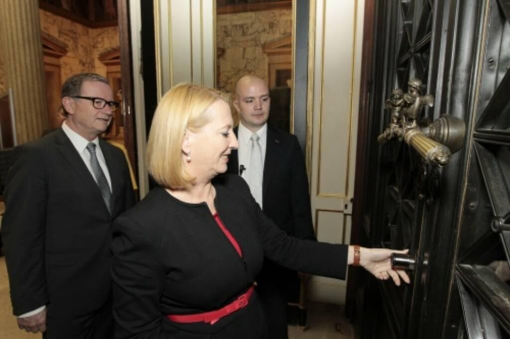 Nationalratsprösidentin Doris Bures öffnet das Hauptportal für die BesucherInnen, © Parlamentsdirektion / Bildagentur Zolles KB / Martin Steiger (26.10.2014)