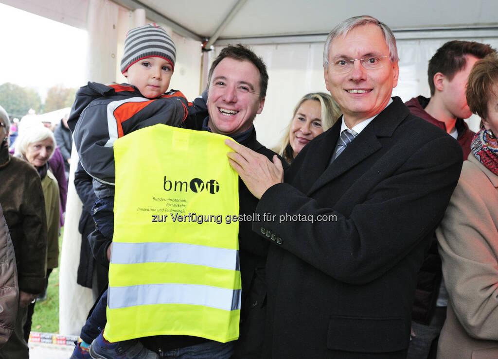 Minister Alois Stöger beim Stand des bmvit am Heldenplatz: Das bmvit präsentiert sich am Nationalfeiertag auf dem Heldenplatz (26.10.2014)