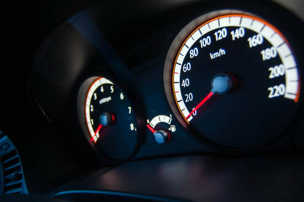 Auto, Fahrzeug, Mobilität, Tachometer, Tacho, Geschwindigkeit. schnell, speed, http://www.shutterstock.com/de/pic-187450022/stock-photo-speedometer-and-tachometer.html (27.10.2014)