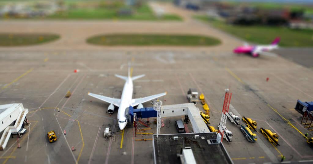 Flughafen, Flugzeug, Luftfahrt, http://www.shutterstock.com/de/pic-135158027/stock-photo-airport-platform.html (27.10.2014)