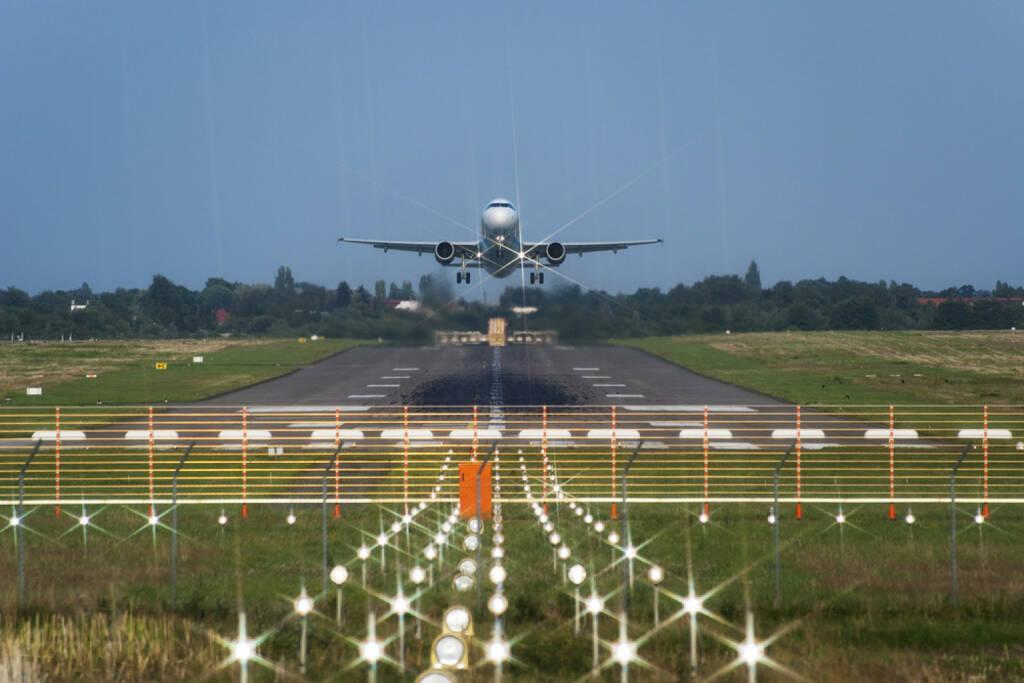 Landebahn, Flughafen, Flugzeug, Anflug, landen, starten, Abflug, Luftfahrt, abheben, http://www.shutterstock.com/de/pic-96328385/stock-photo-takeoff-of-the-jet-passenger-plane.html (27.10.2014)