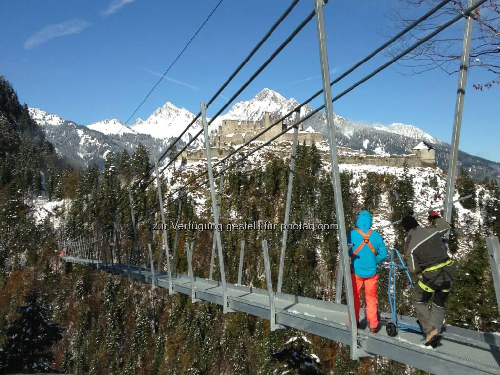 Tourismusverband Naturparkregion Reutte: Kopf-an-Kopf-Rennen um die längste Fußgängerhängebrücke der Welt - highline179 oder die Brücke beim Wanjiazhai Dam, © Aussendung checkfelix (28.10.2014)