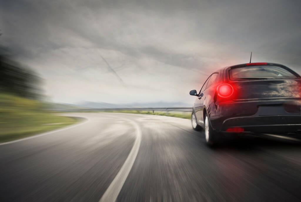 Bremslicht, Schlusslicht, bremsen, Auto, Mobilität, fahren, Landstrasse, freie Fahrt, http://www.shutterstock.com/de/pic-157599014/stock-photo-sportive-sport-car-on-the-road.html, © www.shutterstock.com (21.07.2018)
