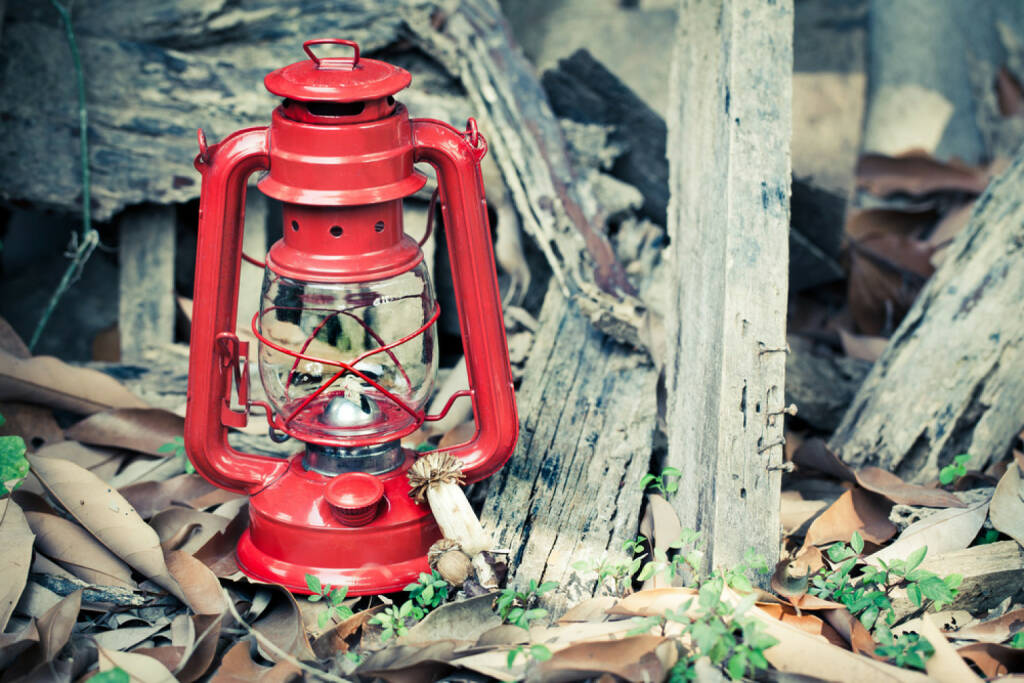 rote Laterne, Schlusslicht, http://www.shutterstock.com/de/pic-169208996/stock-photo-red-lantern-on-grunge-background.html, © www.shutterstock.com (19.06.2018)