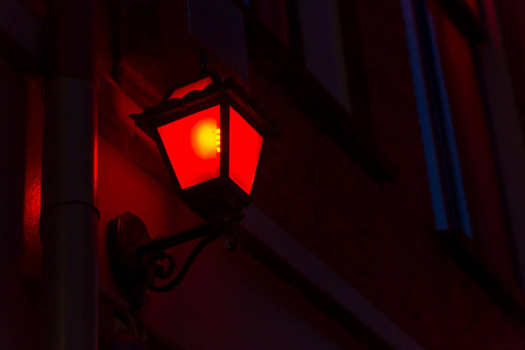 rote Laterne, Schlusslicht, http://www.shutterstock.com/de/pic-216104746/stock-photo-red-lantern-on-the-wall-in-red-light-district-in-amsterdam-netherlands.html, © www.shutterstock.com (21.09.2018)