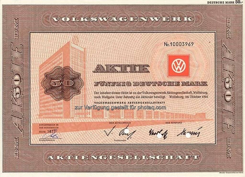 Volkswagen: 1960 wurde die Volkswagenwerk GmbH in eine AG umgewandelt, erst 1985 firmierte der deutsche Autobauer aus Wolfsburg dann unter Volkswagen AG. Die alte Aktie über 50 DM stammt aus dem Jahr 1966., ©  mit freundlicher Genehmigung von 365aktien.de (01.02.2013)