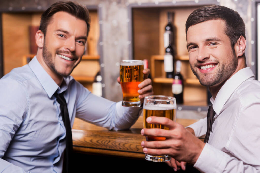 Männer, Bier, after work, Bar, Pub, relax, prost, http://www.shutterstock.com/de/pic-204688414/stock-photo-relaxing-after-hard-working-day-two-happy-young-men-in-shirt-and-tie-holding-glasses-with-beer-and.html, © www.shutterstock.com (01.11.2014)