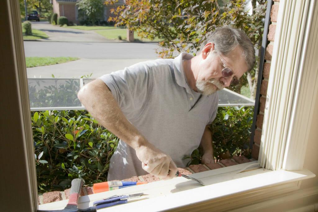 Heimwerker, Mann, basteln, Handwerker, http://www.shutterstock.com/de/pic-81286894/stock-photo-carpenter-cutting-wood-needed-to-replace-rotten-wood-on-exterior-of-home.html, © www.shutterstock.com (01.11.2014)