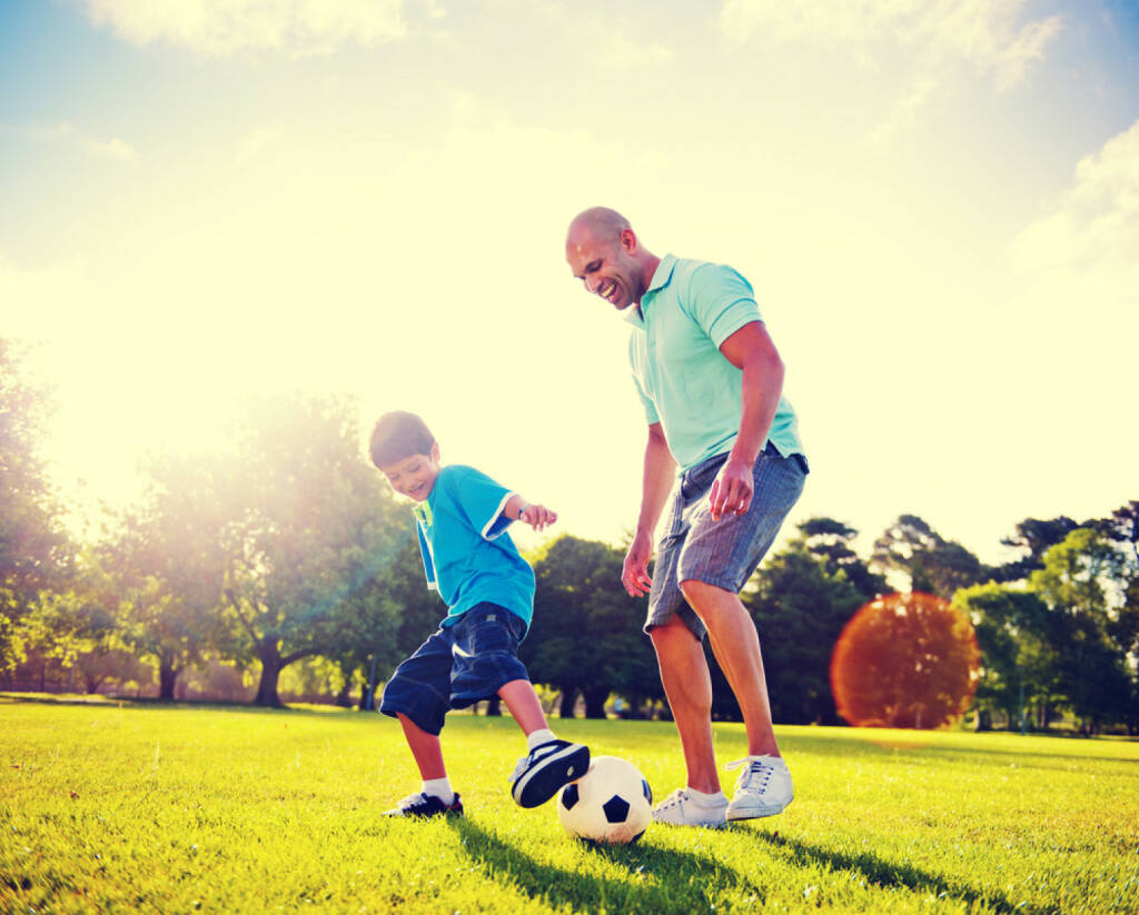 Vater, Sohn, Fussball, spielen, Familie, Beziehung, Park, http://www.shutterstock.com/de/pic-180140327/stock-photo-father-and-son-playing-ball-in-the-park.html, © www.shutterstock.com (01.11.2014)
