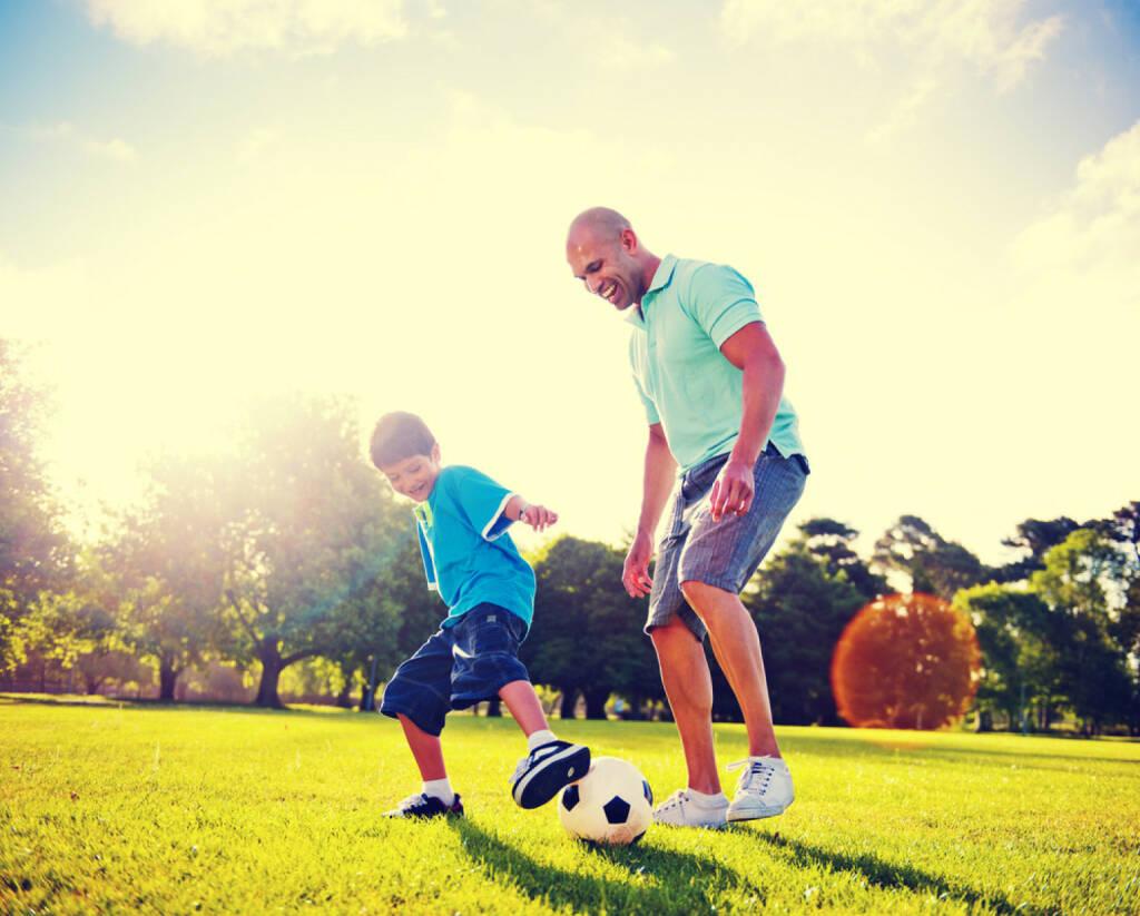 Vater, Sohn, Fussball, spielen, Familie, Beziehung, Park, http://www.shutterstock.com/de/pic-180140327/stock-photo-father-and-son-playing-ball-in-the-park.html, © www.shutterstock.com (01.11.2014)