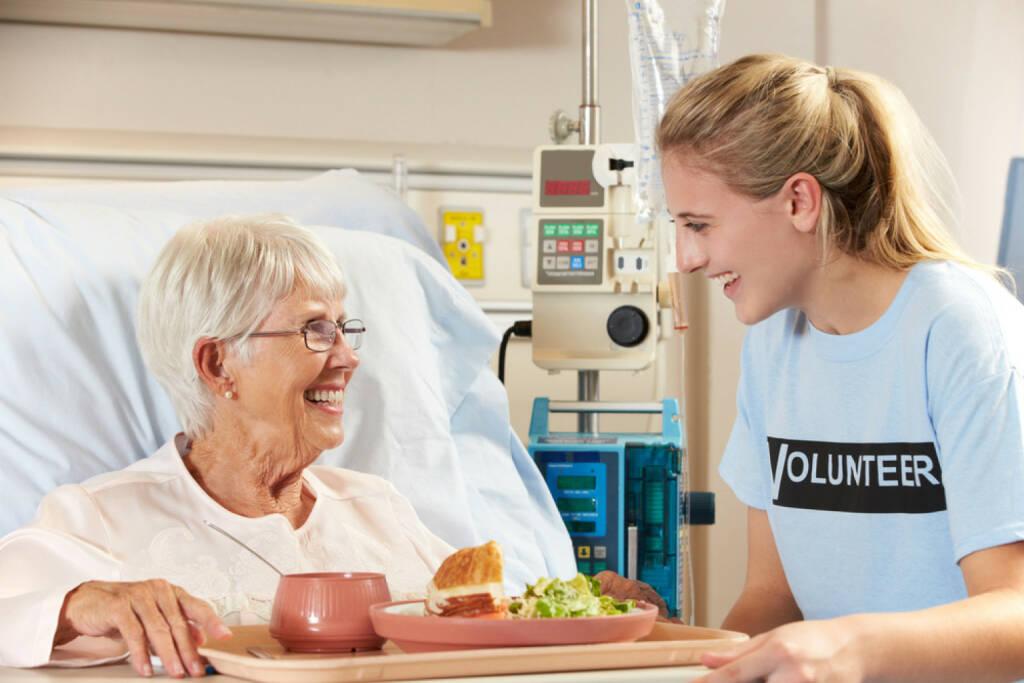 Freiwillig, Helfer, helfen, Krankenpflege, Pflege, Spital, Krankenhaus, Volunteer, Betreuung, http://www.shutterstock.com/de/pic-125081231/stock-photo-teenage-volunteer-serving-senior-female-patient-meal-in-hospital-bed.html, © www.shutterstock.com (03.11.2014)