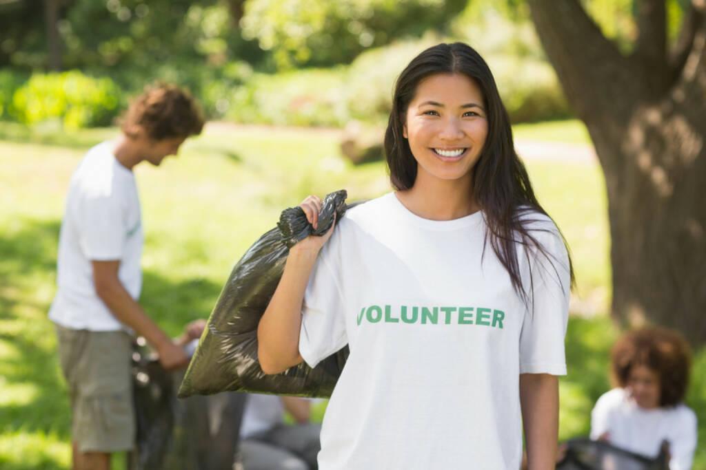 Volunteer, freiwillig, Helfer, Müll, helfen, ehrenamtlich, http://www.shutterstock.com/de/pic-178430033/stock-photo-team-of-young-volunteers-picking-up-litter-in-the-park.html, © www.shutterstock.com (03.11.2014)