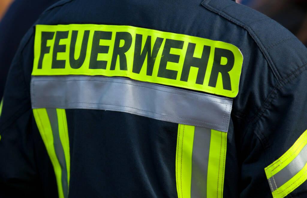 Volunteer, freiwillig, Helfer, helfen, ehrenamtlich, Feuerwehr, Not, Hilfe, http://www.shutterstock.com/de/pic-210443908/stock-photo-back-of-a-german-firefighter.html, © www.shutterstock.com (03.11.2014)