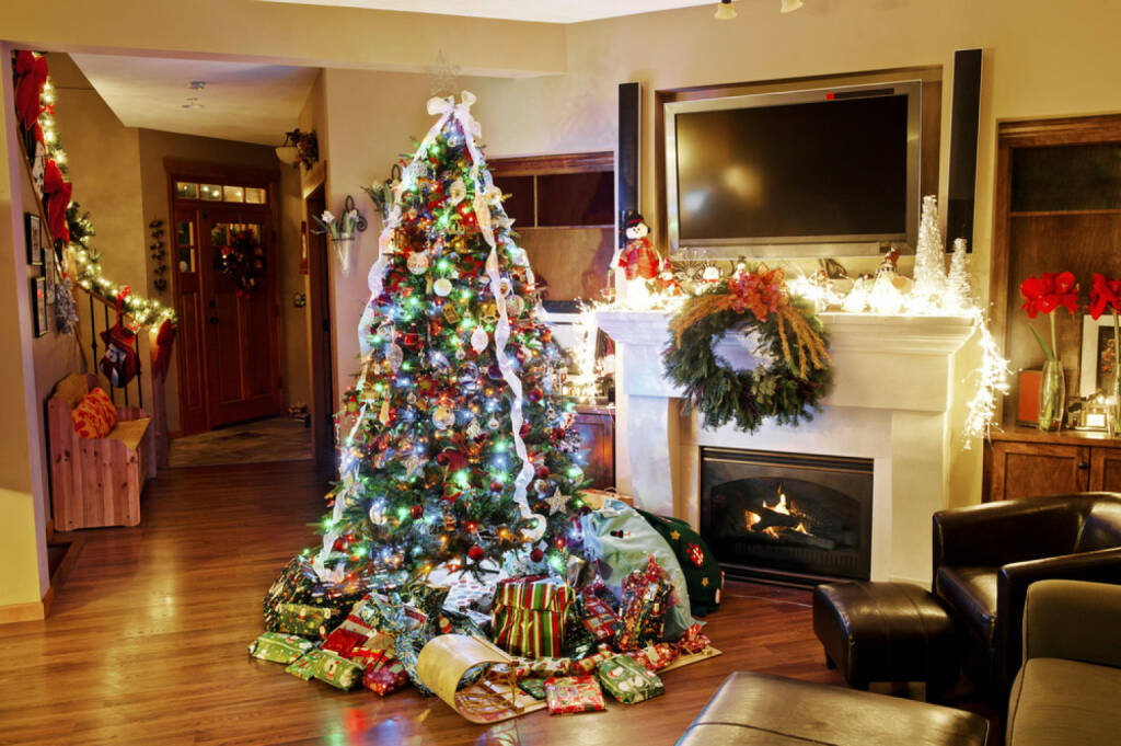 Weihnachten, USA, Weihnachtsbaum, Geschenke, Wohzimmer, Weihnachtsabend, http://www.shutterstock.com/de/pic-226188664/stock-photo-a-christmas-eve-scene-notice-all-of-the-presents-and-the-christmas-tree.html, © www.shutterstock.com (05.11.2014)