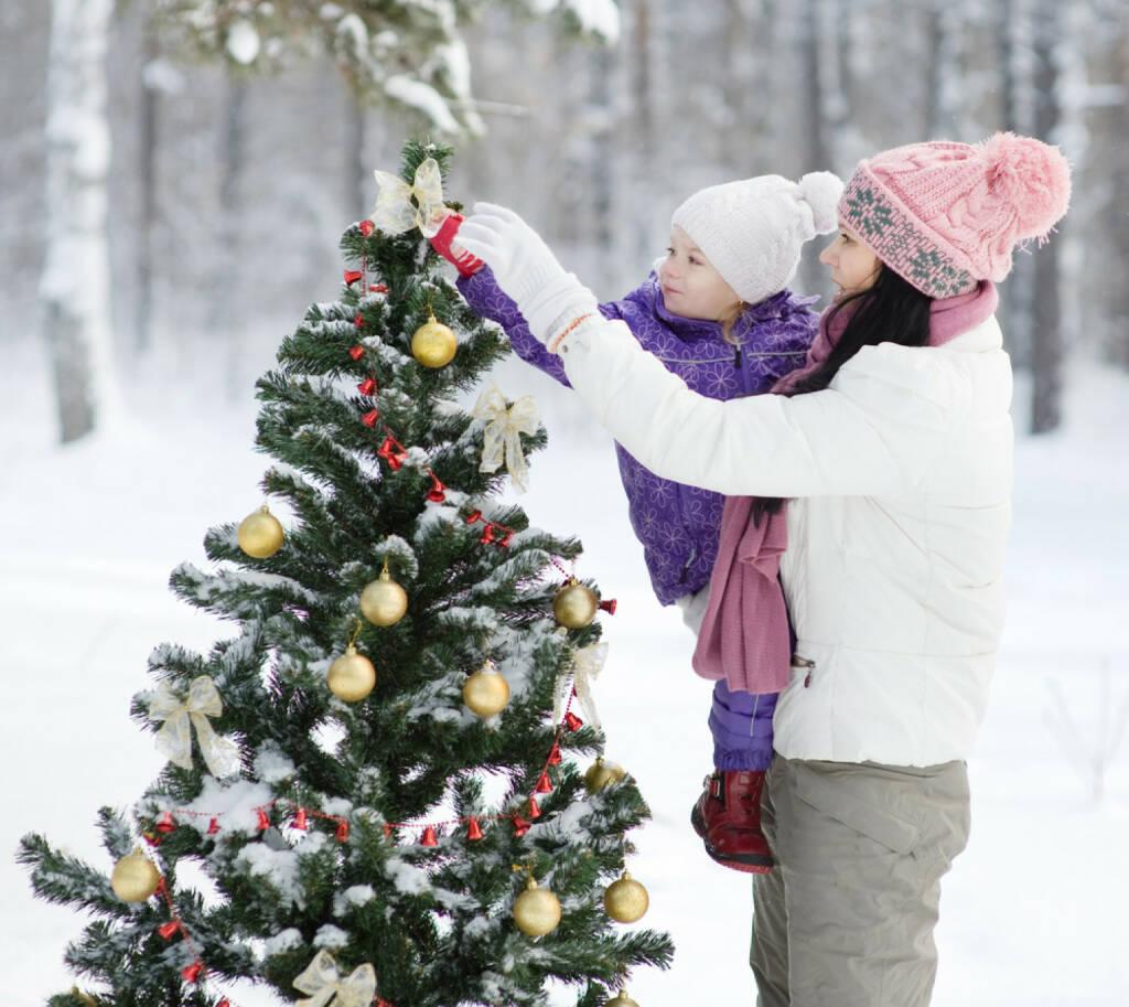 Weihnachten, Christbaum, schmücken, Schnee, http://www.shutterstock.com/de/pic-121969564/stock-photo-mother-and-the-daughter-decorate-a-christmas-tree.html, © www.shutterstock.com (05.11.2014)