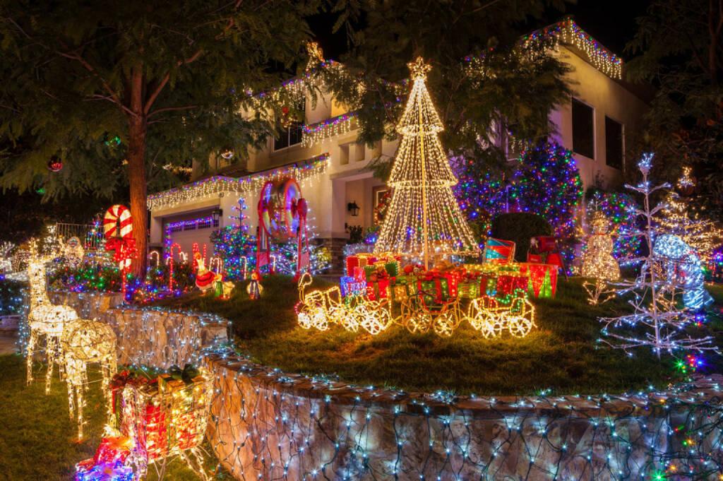 Weihnachten, USA, Beleuchtung, Licht, Weihnachtsbeleuchtung, Kitsch, http://www.shutterstock.com/de/pic-154278749/stock-photo-christmas-lights-on-home-in-southern-california.html, © www.shutterstock.com (05.11.2014)