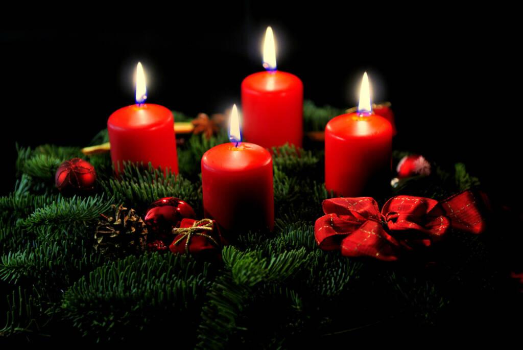 Weihnachten, Europa, Adventkranz, Kerzen, Licht, besinnlich, http://www.shutterstock.com/de/pic-105372086/stock-photo-advent-wreath-with-candle-and-decorations.html?, © www.shutterstock.com (05.11.2014)