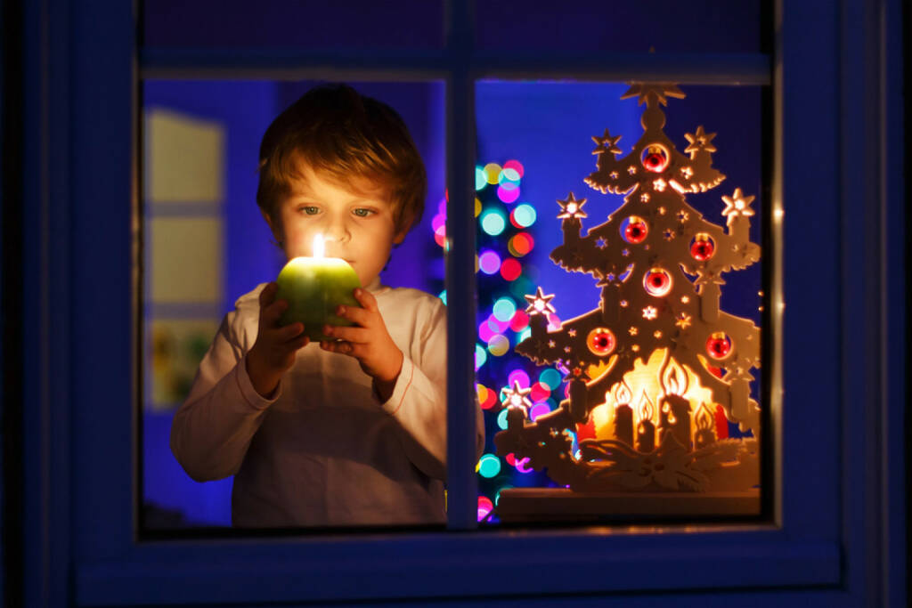 Weihnachten, Kerze, Fenster, besinnlich, Kind, http://www.shutterstock.com/de/pic-217476457/stock-photo-little-boy-standing-by-window-at-christmas-time-and-holding-candle-with-colorful-lights-from.html, © www.shutterstock.com (05.11.2014)