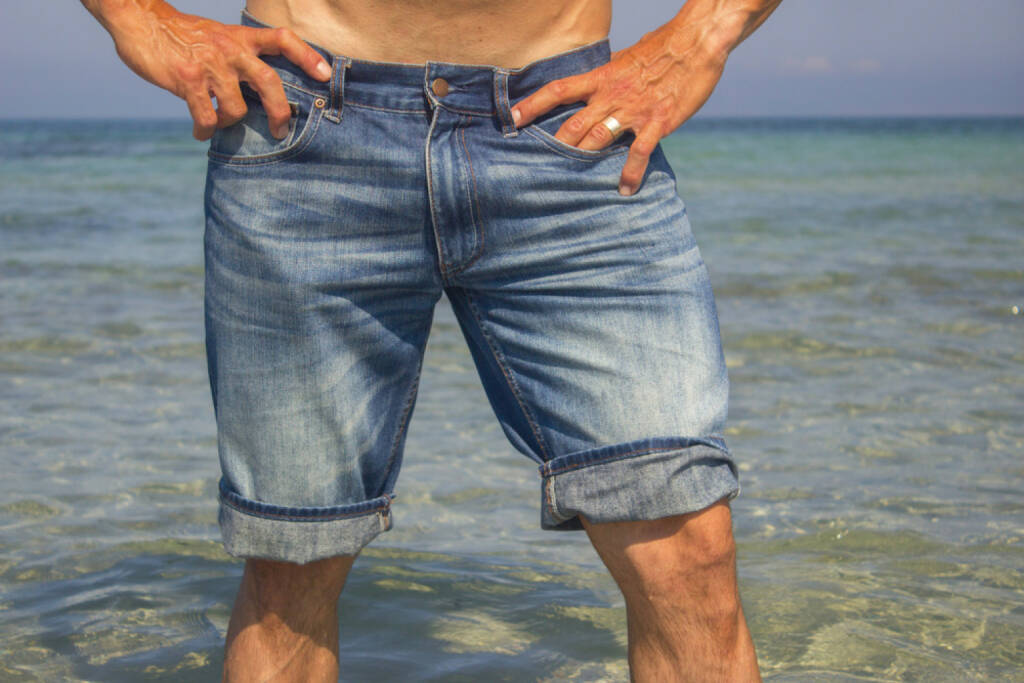 Shorts, Hosen, http://www.shutterstock.com/de/pic-198943898/stock-photo-man-wearing-jeans-shorts-standing-in-the-sea-water-legs-closeup.html, © www.shutterstock.com (25.03.2017)