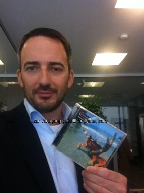 Manuel Taverne, Polytec, mit der Firestarter-CD powered by Philoro. Polytec war jener Titel, der als erster 15 Prozent year-to-date-Plus schaffte im Jahr 2013. Daher Firestarter (02.02.2013)