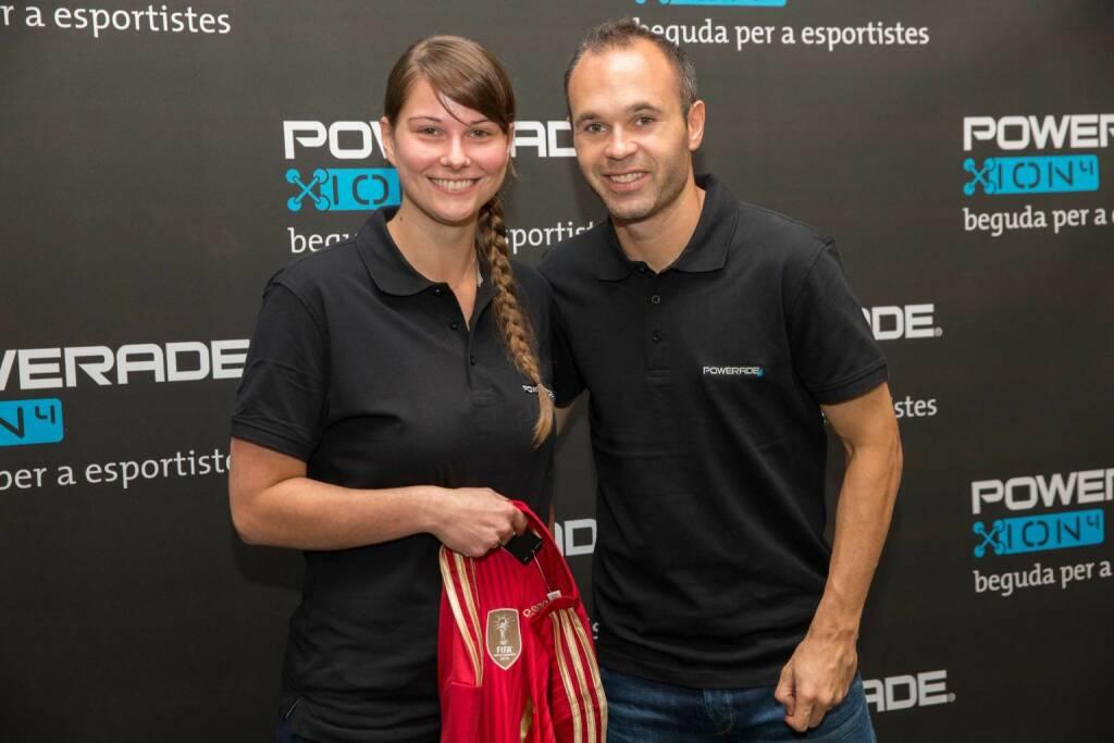 Mit Powerrade zu Andrés Iniesta: Fußballfans aus Vorarlberg, Salzburg und Wien reisten nach Barcelona zum Superstar, Credit: Coca-Cola/Speedlight-Schreiner), © Aussendung (07.11.2014)