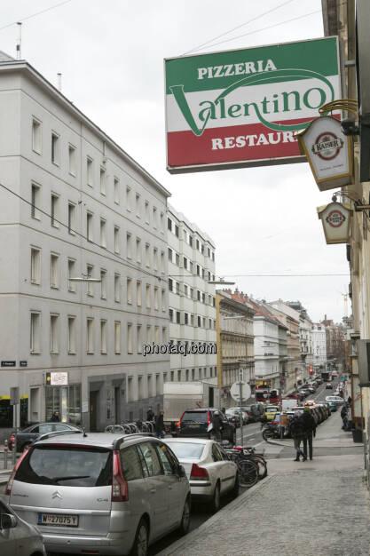 Interview-Ort: Die Pizzeria Valentino liegt schräg vis a vis des Börse Express (weisses Haus links) in der Berggasse, Wien 9, © Martina Draper  (04.02.2013)