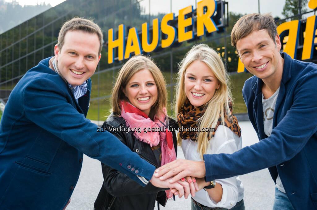 Geschäftsführer Arthur Moser, Stefanie Ott und Carina Röder (Marketing) vom Hauser Kaibling besiegeln die Kooperation mit ORF Ski-Experte Thomas Sykora., © Aussendung (12.11.2014)
