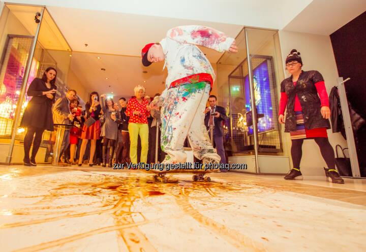 """Meridien Vienna GmbH: Ein Stadtporträt aus Kaffee - Skateboard Painting mit den Ingredienzien der neuen Kaffeespezialität des Le Méridien (Apple Strudel on the Rocks) – """"auf Spur gebracht"""" von den Künstlern Elena Mildner und Daniel Maurer."""
