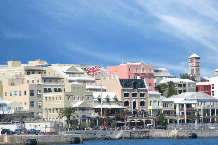 Bermudas, Hamilton, http://www.shutterstock.com/de/pic-17077726/stock-photo-a-view-of-the-busy-waterfront-of-downtown-hamilton-bermuda.html
