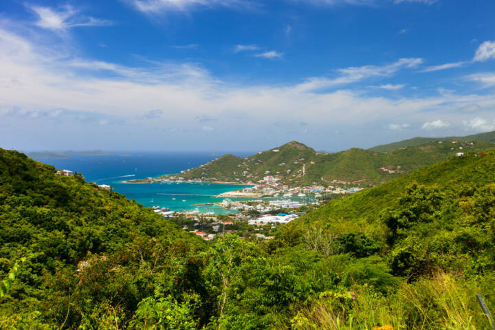 Britische Jungferninseln, Road Town, http://www.shutterstock.com/de/pic-207336373/stock-photo-aerial-view-of-road-town-on-tortola-the-capital-of-british-virgin-islands.html