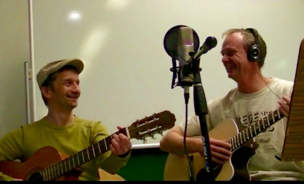 """""""Das ELI Projekt"""" – Banker (50) erfüllt sich einen Lebenstraum und startete gemeinsam mit einem befreundeten Musiker (46) ein Musikprojekt, bei dem in reduzierter Form einfach schöne Musik mit akustischen Gitarren und nachdenklichen bzw. humorvollen Texten im Dialekt gemacht wird. Herbert Eliasch (li., seit 25 Jahren im Bereich fundamentale Unternehmensanalyse im Finanzbereich tätig, musikalischer Quereinsteiger) und Wolfgang Fuchsbichler (Dozent für Gitarre am Vienna Konservatorium), siehe (und höre) zb. https://www.youtube.com/watch?v=kaXS_gmWiZI  , © Aussender (13.11.2014)"""