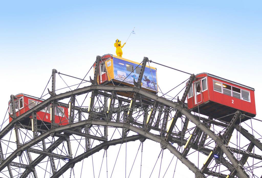 Zillertal Arena: Gelber Elefant stürmt Wiener Riesenrad: FUNty, das Maskottchen der Zillertal Arena, eröffnet Wintersaison in der Bundeshauptstadt, © Aussender (13.11.2014)