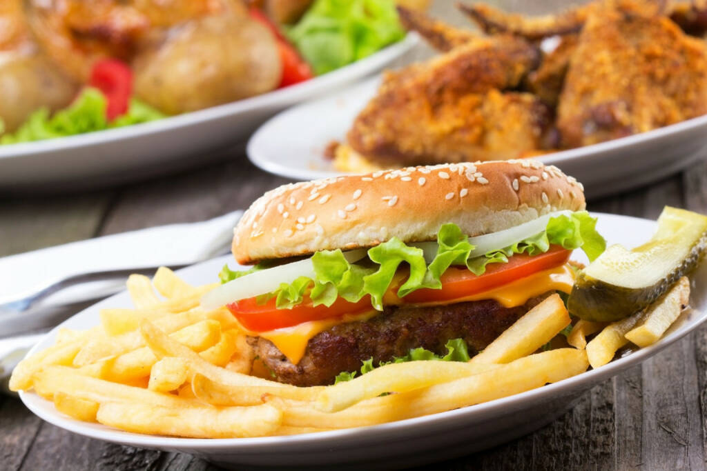 Junk, Junkfood, Burger, Pommes, Essen, USA, Junkbonds, http://www.shutterstock.com/de/pic-95254582/stock-photo-hamburger-with-fries-and-vegetables.html, © www.shutterstock.com (21.06.2018)
