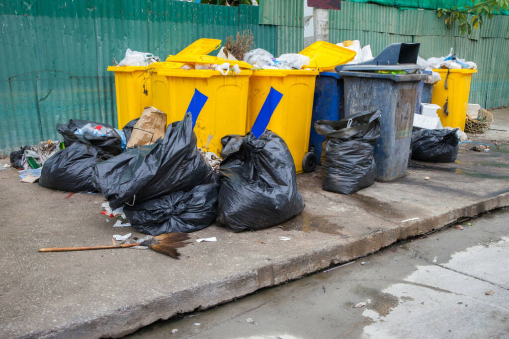 Müll, Ramsch, Mist, Junkbonds, http://www.shutterstock.com/de/pic-205518673/stock-photo-pile-of-garbage-and-overfilled-recycle-bins.html, © www.shutterstock.com (21.09.2018)