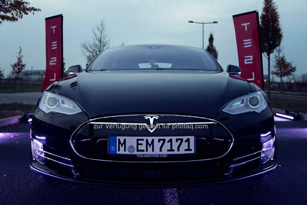 Tesla Model S P85D recently made its first appearance in Europe, accelerating from 0 to 100km in 3.4 seconds on a runway in Berlin.  Source: http://facebook.com/teslamotors, © Aussender (15.11.2014)